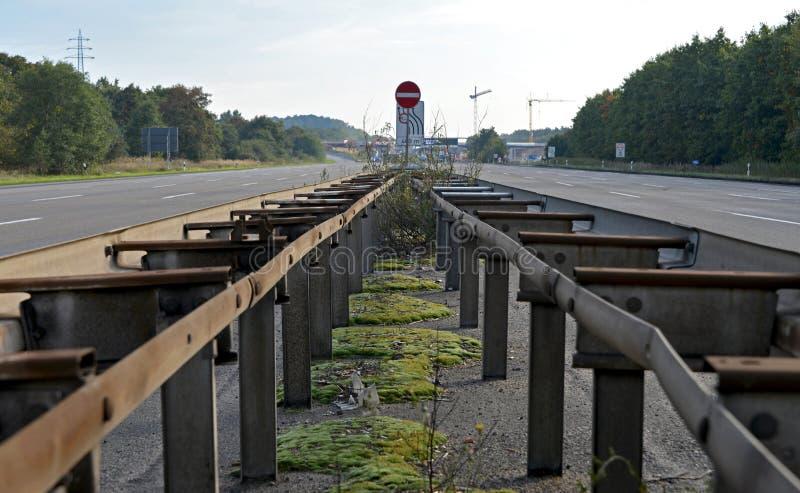在闭合和空的高速公路的中央障碍 库存图片