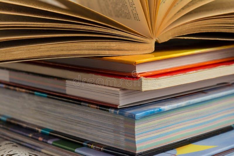 在闭合的书籍、研究和教的概念堆的开放书  免版税库存照片