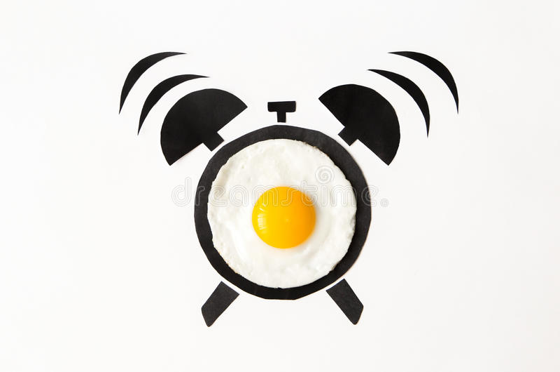 在闹钟形状,早餐时间概念的煎蛋 库存图片