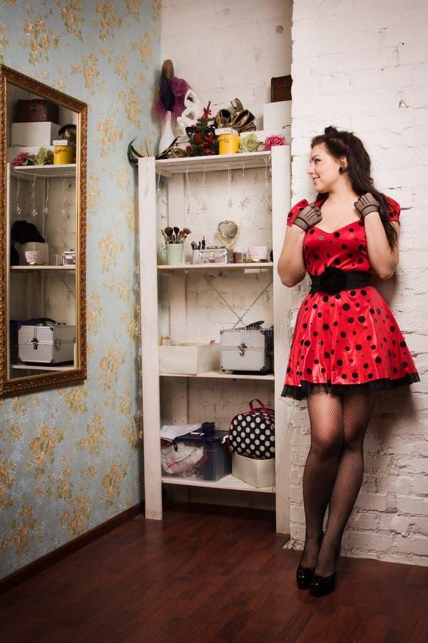 在闺房内部的画报女孩 免版税图库摄影