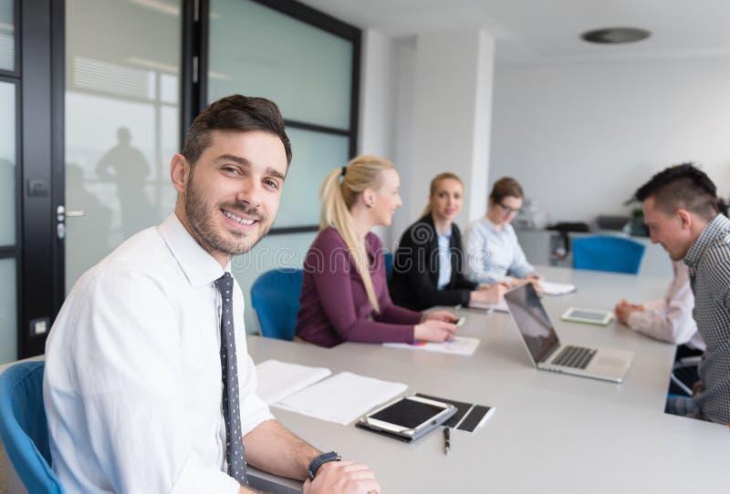 在队会议的年轻商人小组在现代办公室 免版税库存照片