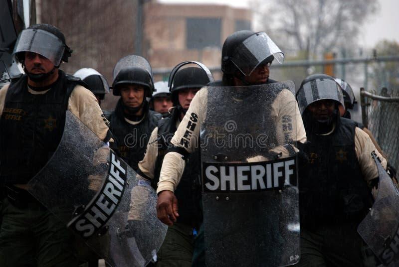 在防暴装备的警察 免版税库存图片