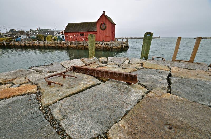在防波堤的船锚与渔棚子在背景中 免版税库存照片