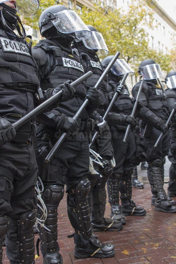 在防暴装备的波特兰警察在期间占领波特兰2011抗议