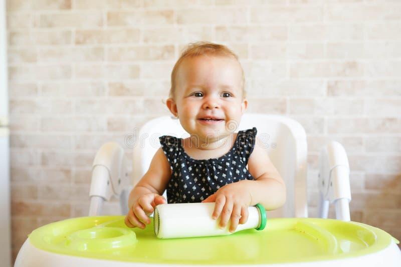 在阳光明媚的现代厨房里盛放奶瓶,为孩子们准备营养晚餐 库存图片