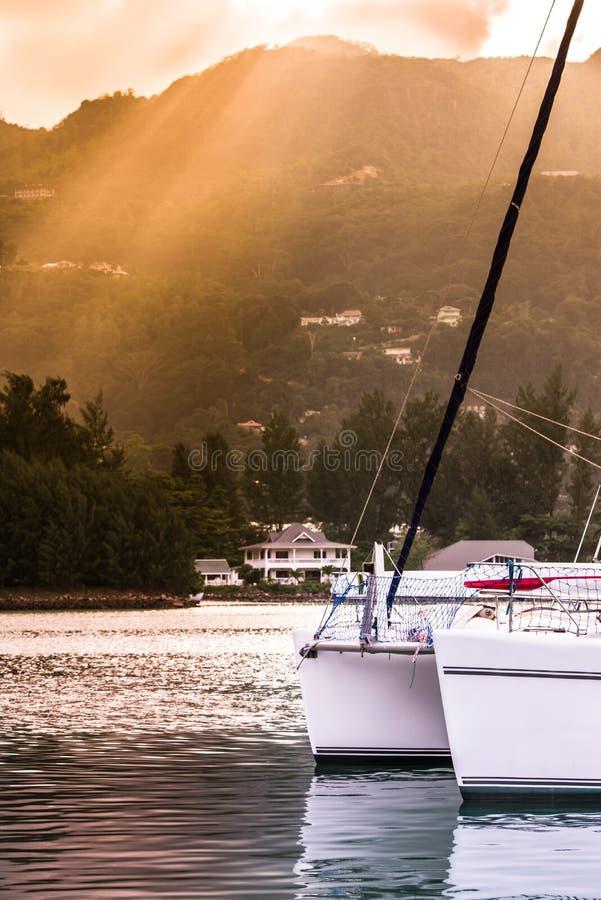 在阳光阴霾的消遣游艇在塞舌尔群岛的海岸 库存图片