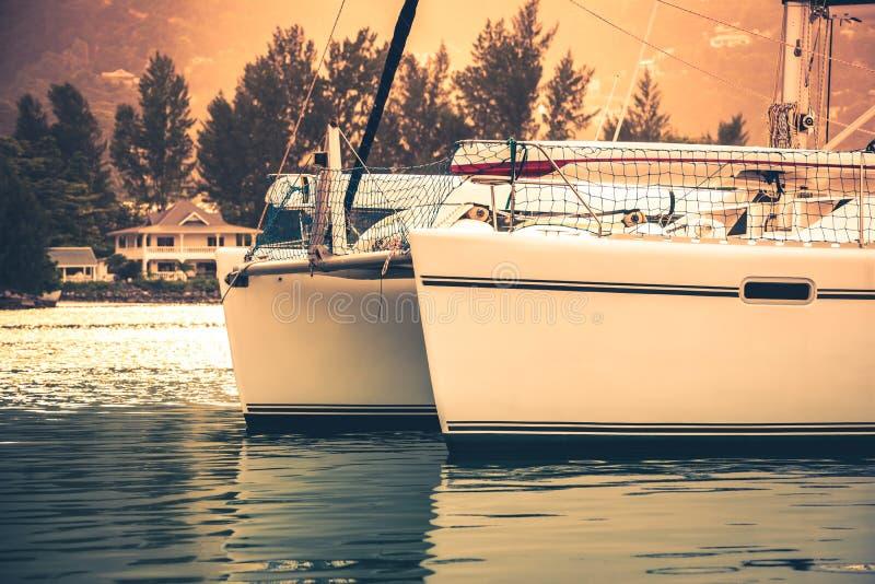 在阳光阴霾的消遣游艇 免版税库存照片