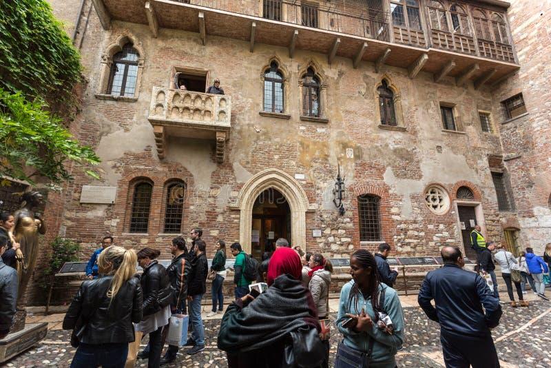 在阳台下的游人在住处di Giulietta朱丽叶` s议院里,通过卡佩洛,维罗纳 免版税库存照片