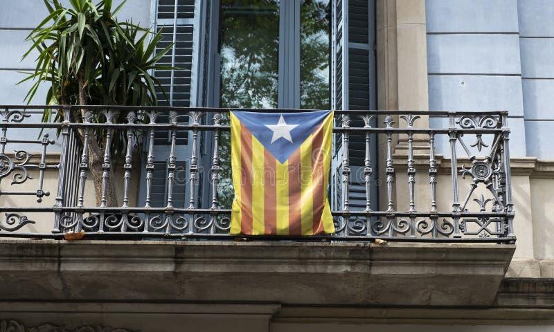 在阳台的加泰罗尼亚的independentist旗子 图库摄影