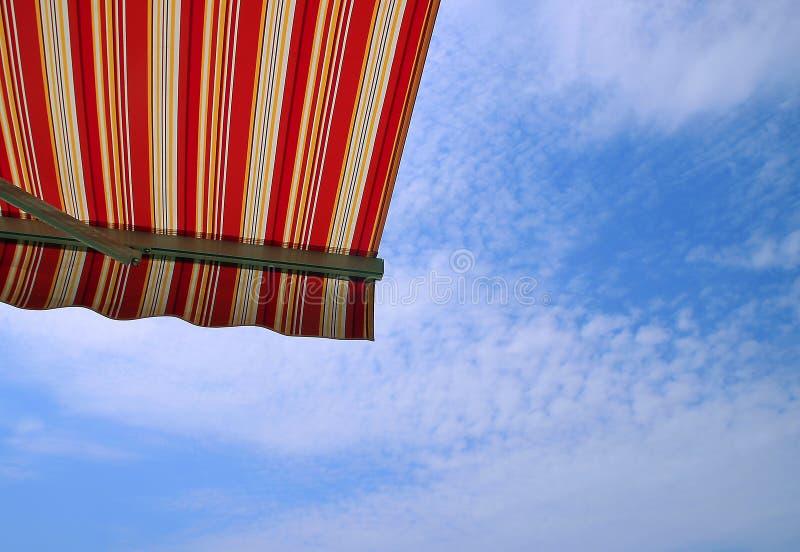 在阳台的可撤回的遮篷 免版税库存图片