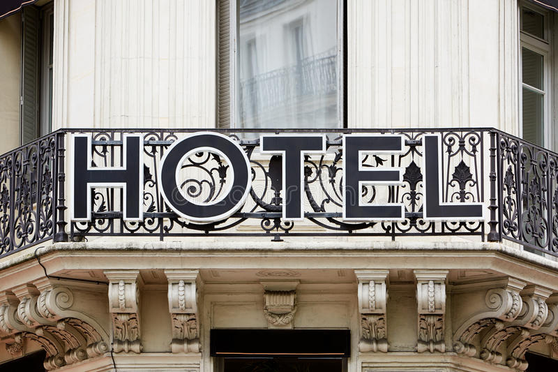 在阳台的旅馆标志 免版税库存照片