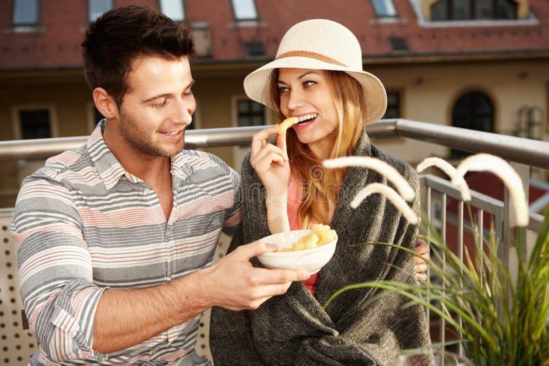 在阳台的浪漫夫妇 库存照片