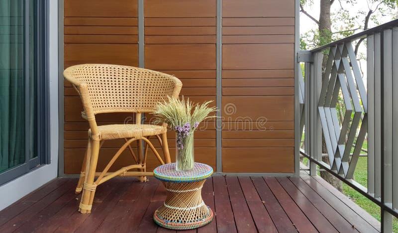 在阳台的藤椅 免版税库存图片
