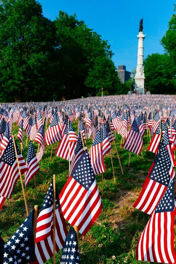 在阵亡将士纪念日周末期间,数千在波士顿公园种植的美国旗子,纪念下落的战士在战争中, 库存照片
