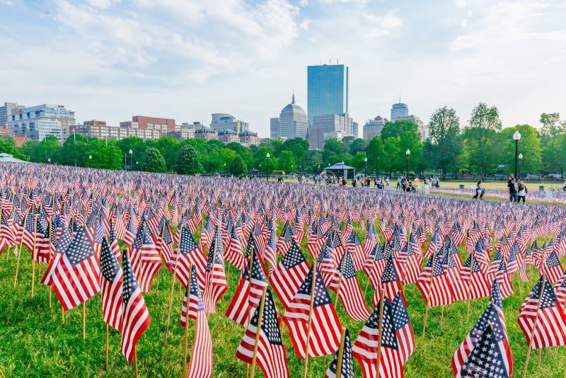 在阵亡将士纪念日周末期间,数千在波士顿公园种植的美国旗子,纪念下落的战士在战争中, 免版税库存图片