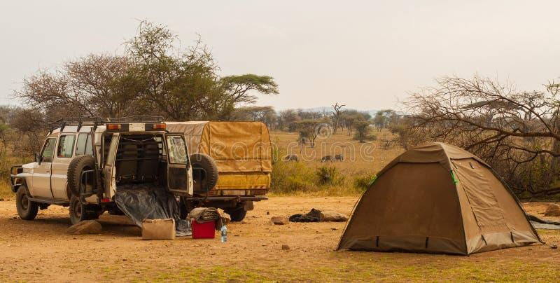 在阵营在徒步旅行队, Serengeti的吉普停车 图库摄影