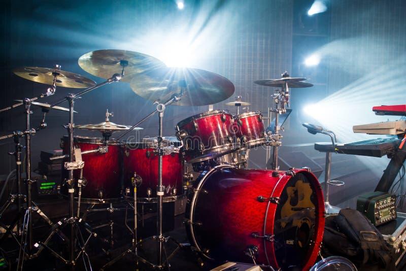 在阶段和光背景设置的鼓;与instrum的空的阶段 免版税库存图片