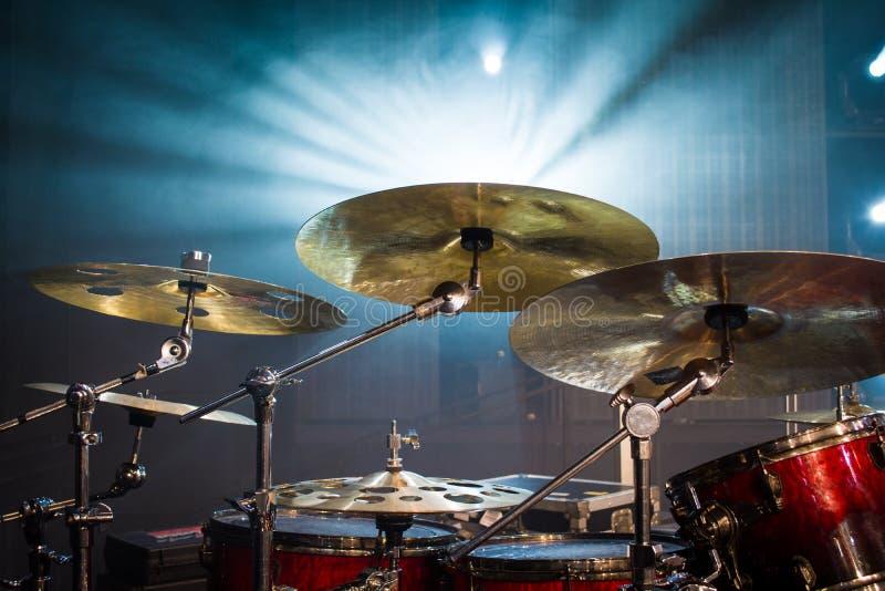 在阶段和光背景设置的鼓;与instrum的空的阶段 免版税库存照片
