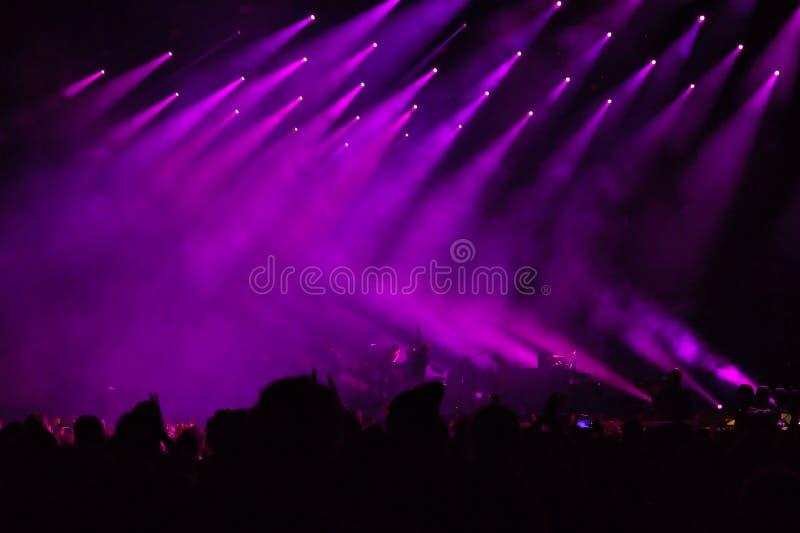 在阶段的紫色光在音乐会期间 图库摄影