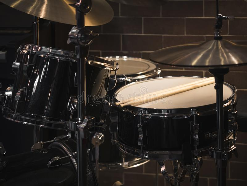 在阶段的鼓集合乐器 库存照片