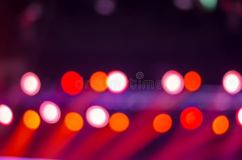 在阶段的Defocused娱乐音乐会照明设备,被弄脏 免版税库存图片