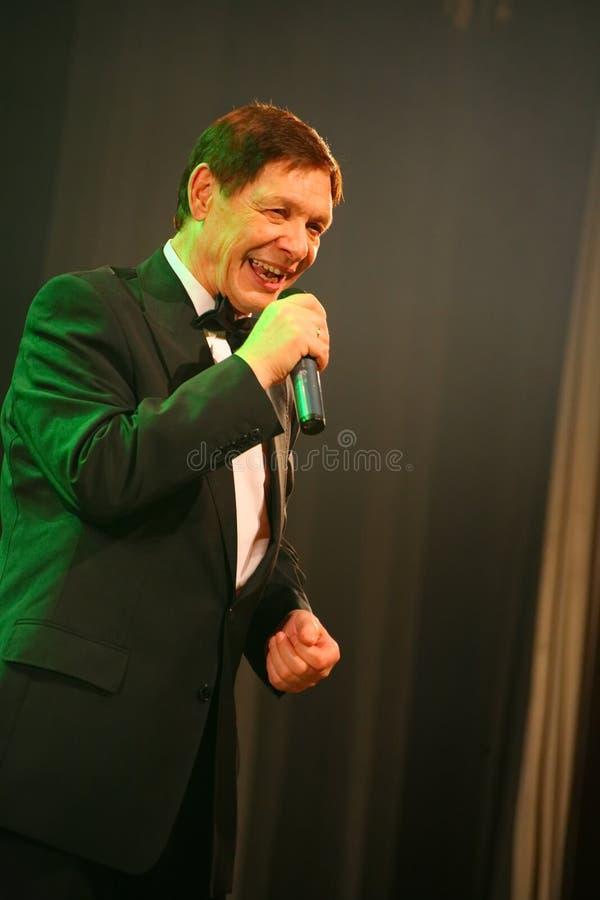 在阶段,人群喜爱,闪耀歌手,歌手爱德华Hil (先生 Trololo) 免版税库存图片