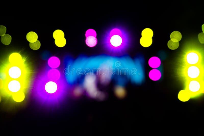 在阶段,节日前夕的Defocused娱乐音乐会照明设备 免版税库存照片