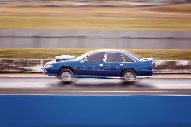 在阻力方式集会的一个赛车竞争者 免版税库存照片