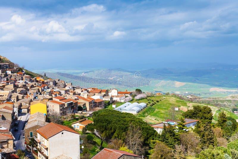在阿伊多内comune上看法在西西里岛在春天 库存图片