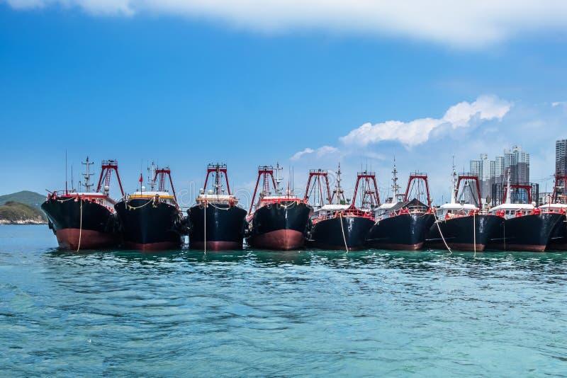 在阿伯丁停住的渔拖网渔船咆哮,香港 在鱼产业的现代船舶船 免版税库存图片