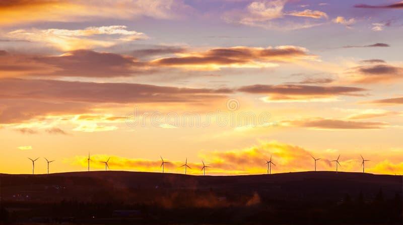 在阿伯丁郡苏格兰的日落有风轮机的 免版税库存图片