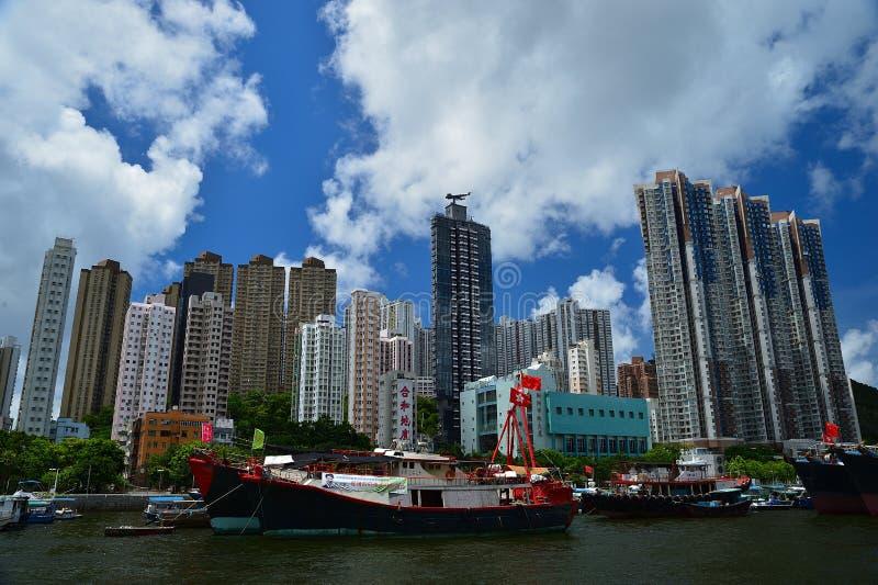 在阿伯丁风雨棚的渔船在香港在晴天 库存图片