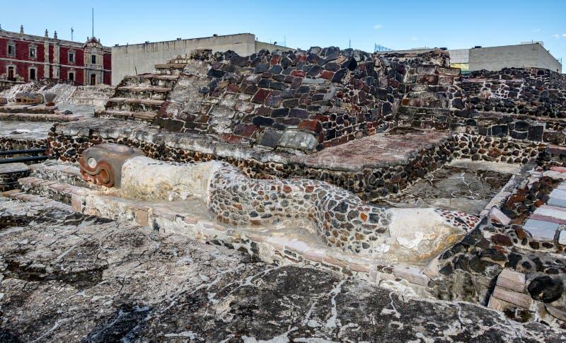 在阿兹台克寺庙Templo市长的蛇雕塑特诺奇提特兰-墨西哥城,墨西哥废墟的  库存照片