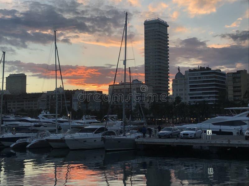 在阿利坎特,西班牙港的日落  免版税库存照片