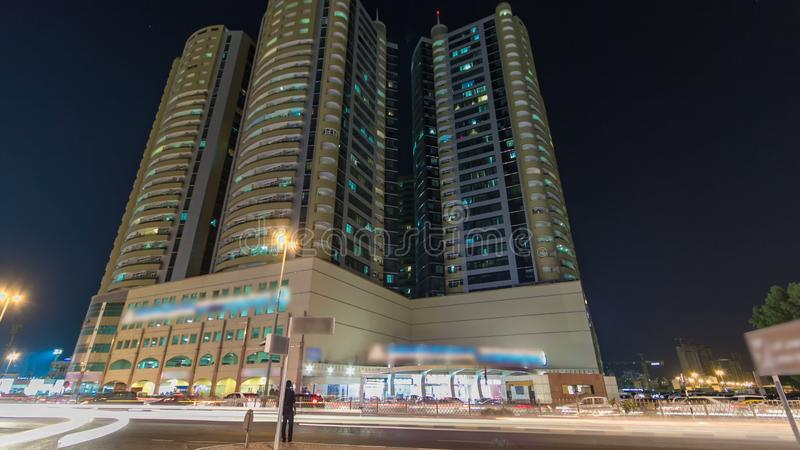 在阿吉曼timelapse hyperlapse的现代新的塔在晚上 阿吉曼都市风景  免版税库存照片