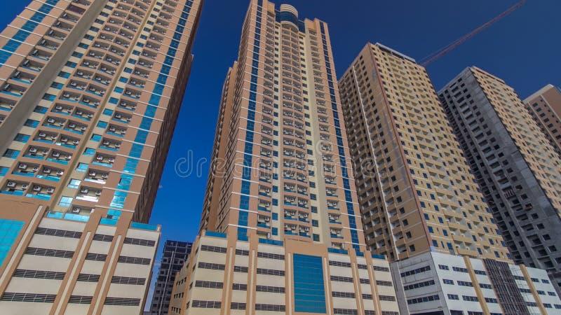 在阿吉曼timelapse hyperlapse的现代新的塔 阿吉曼都市风景  免版税库存图片