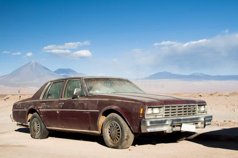 在阿塔卡马沙漠,智利的汽车击毁 免版税库存图片