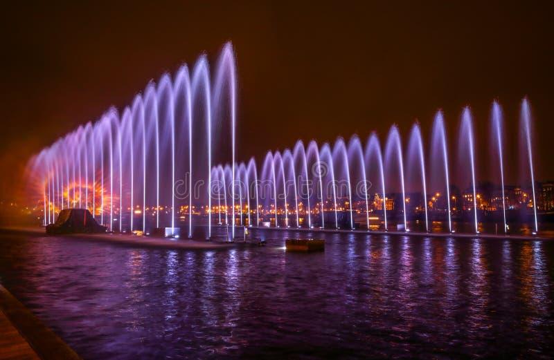 在阿姆斯特丹光节日期间,喷泉在晚上点燃艺术 免版税库存图片