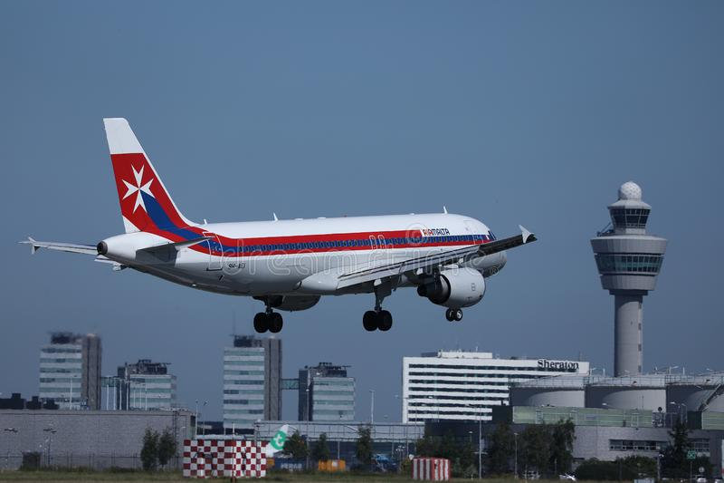 在阿姆斯特丹史基浦机场AMS的马耳他航空减速火箭的号衣平面着陆 库存照片
