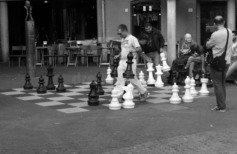 在阿姆斯特丹街上的下象棋者 免版税库存图片