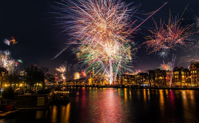在阿姆斯特尔河河的除夕烟花在阿姆斯特丹,北荷兰省,荷兰 免版税库存照片