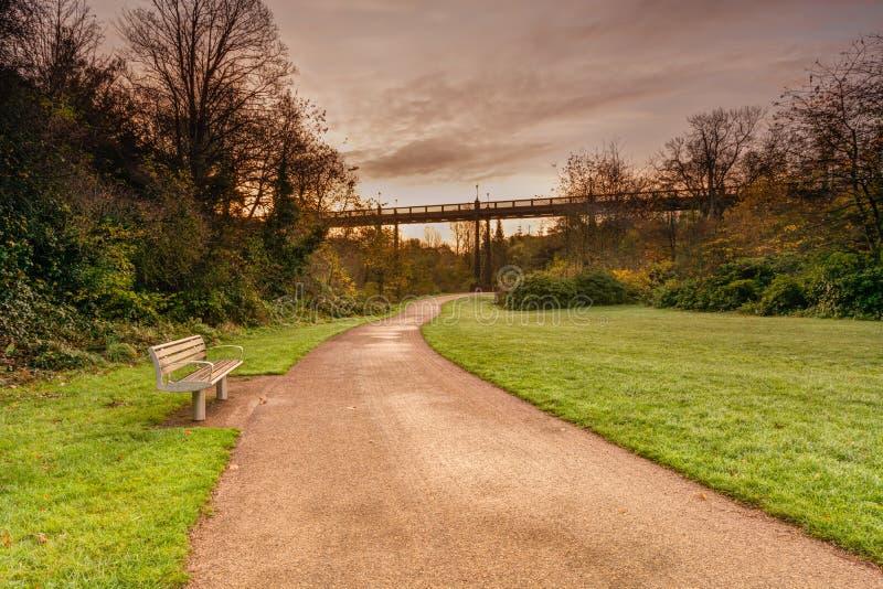 在阿姆斯特朗桥梁下的Jesmond狄恩 图库摄影