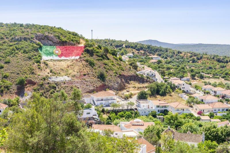 在阿尔加威,葡萄牙小山的美丽如画的Alte都市风景  库存照片