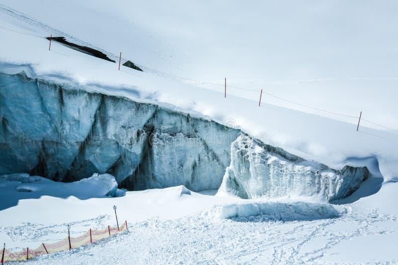 在阿尔卑斯山奥地利的冰墙壁 在滑雪场Pitztaler Gletscher附近 免版税库存图片