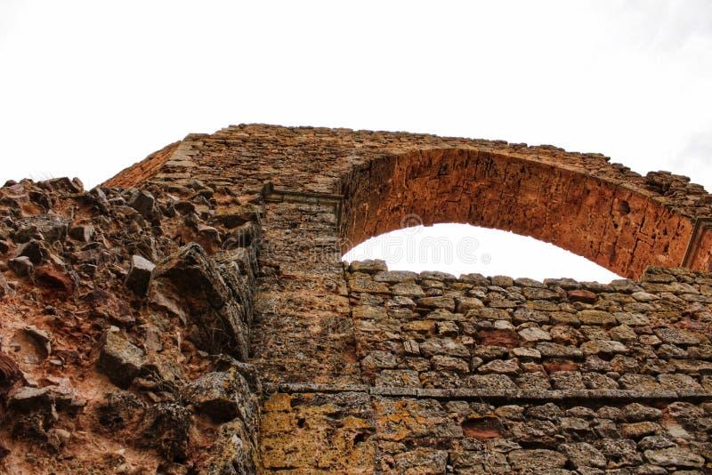在阿尔卡拉斯,阿尔瓦萨特老渡槽的山的废墟  免版税库存照片