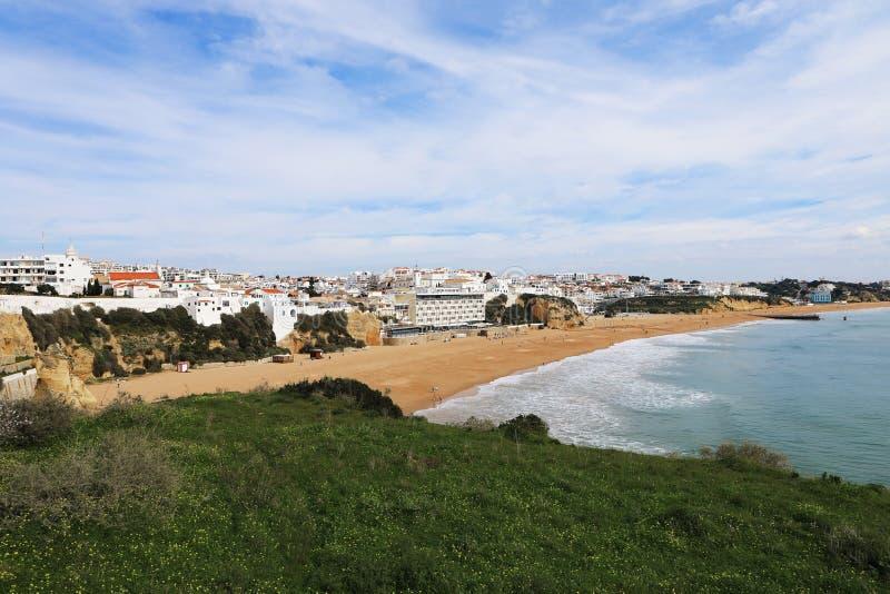 在阿尔布费拉,从clifftop的葡萄牙的海滩 免版税库存照片