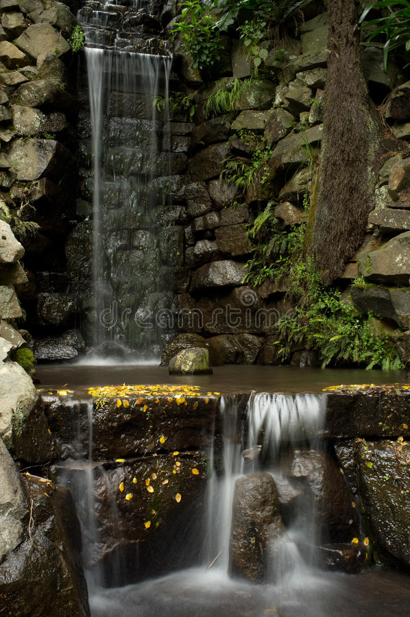 在阿尔弗莱德尼古拉斯纪念品庭院的瀑布 免版税库存图片
