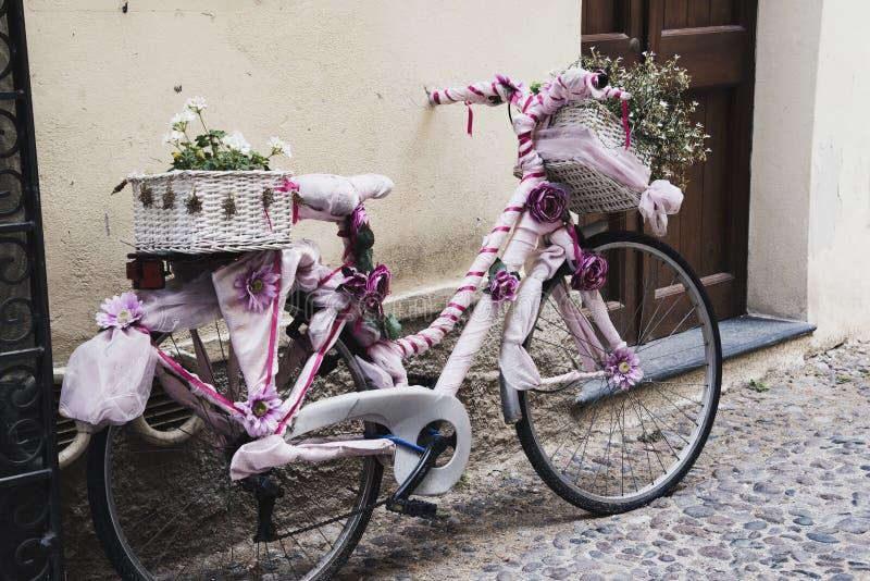 在阿尔盖罗骑自行车,撒丁岛,意大利老镇  库存照片