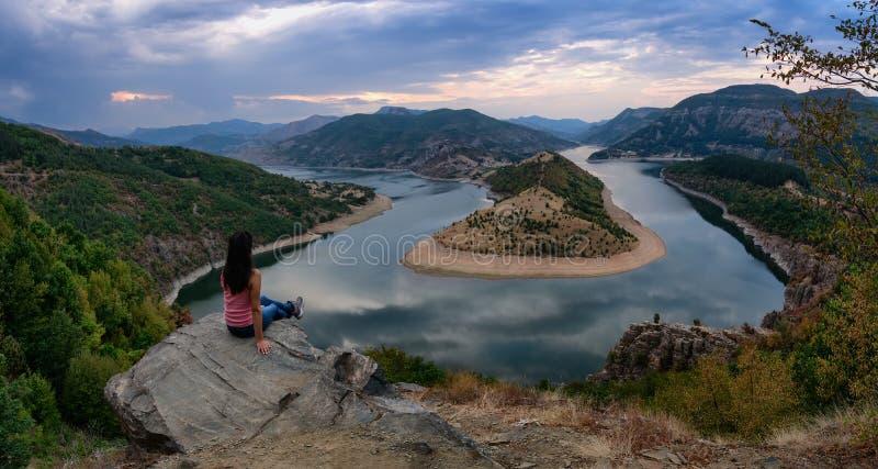 在阿尔达河,水坝克尔贾利,保加利亚河曲的多云日落  免版税库存图片
