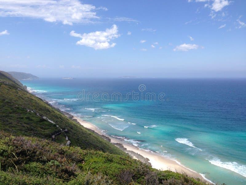 在阿尔巴尼风力场旁边的蓝色海洋 免版税库存图片